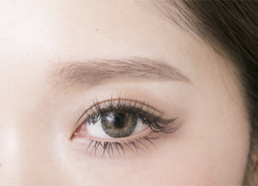 目と眉の間